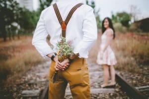 fiancés rails bouquet